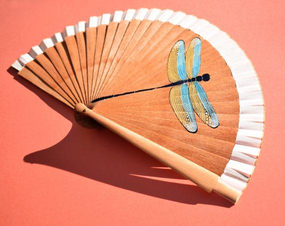 abanico artesanal madera platano ilustracion libelula