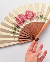 hand-fan-roses