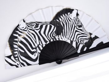 elegante abanico blanco y negro